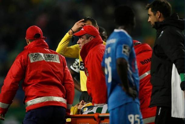 Adrien Silva saiu de maca directamente para o hospital | Foto: MaisFutebol