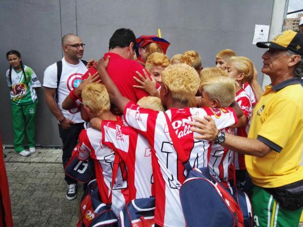 El 'abrazo de gol', los niños andinos representan con honor a su pueblo en el festival. | Foto: VAVEL