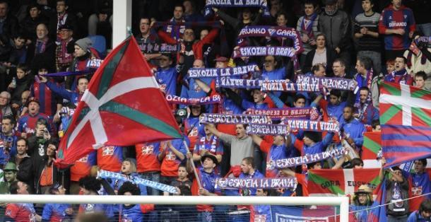 Aficionados del Eibar en Ipurua. / Foto: SD Eibar