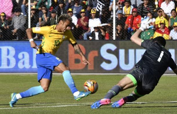 Neymar teve dificuldades contra o goleiro Lampe (Foto: Aizar Raldes/AFP)
