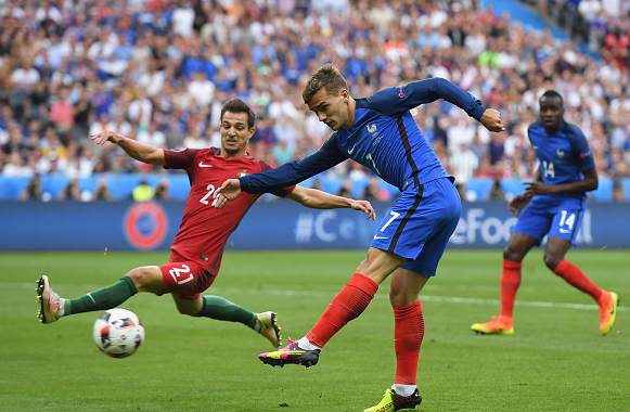Griezmann fires wide from a tight angle. | Image: Getty