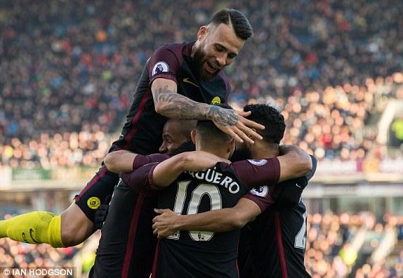 Los jugadores del cIty celebran junto a Agüero su segundo gol. Foto: Ian Hodgson