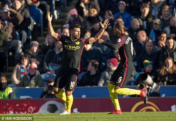 Otra toma de su celebración, ésta vez con Fernando. Foto: Ian Hodgson