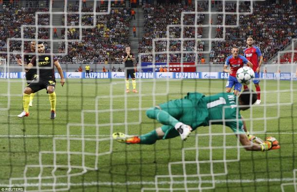Sergio Aguero misses his first penalty | Photo: Reuters