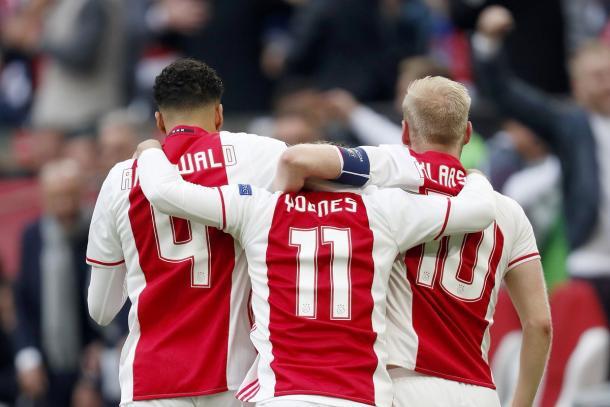 Esultano i giocatori dell'Ajax, dopo il gol del 3-0 di Younes - Foto Europa League Twitter