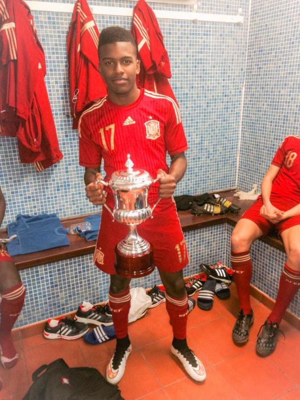 Sergio Akieme, campeón de la Copa del Atlántico. / Fotografía: Twitter Akieme.
