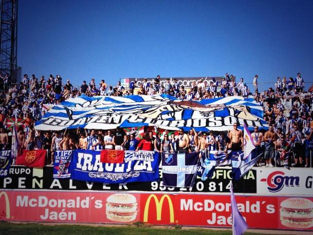Aficionados alavesistas, en el estadio Nueva Victoria de Jaén, celebran el triunfo que les mantenía en Segunda. Fuente: vavel