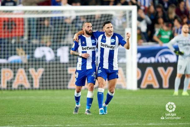 Aleix Vidal y Lucas Pérez | Foto: LaLiga Santander