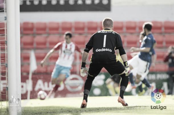 El meta azulón, Alberto, firmó un buen partido con varias intervenciones | Foto: LaLiga