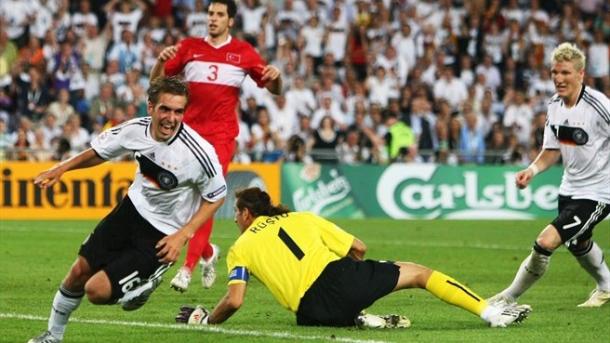 Lahm celebra su gol que eliminó a Turquía a un paso de la final. | Foto: UEFA.com