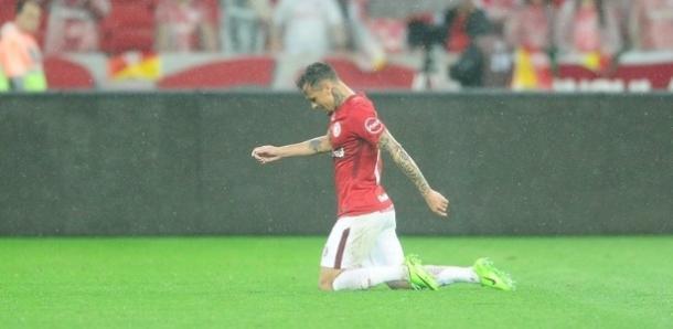 Depois do jogo contra o Figueirense, Alemão cruzou o campo de joelhos. Fonte: Internacional/Divulgação