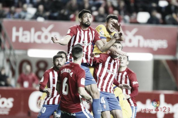 Álex Pérez despejando un balón de cabeza. | Imagen: LaLiga.
