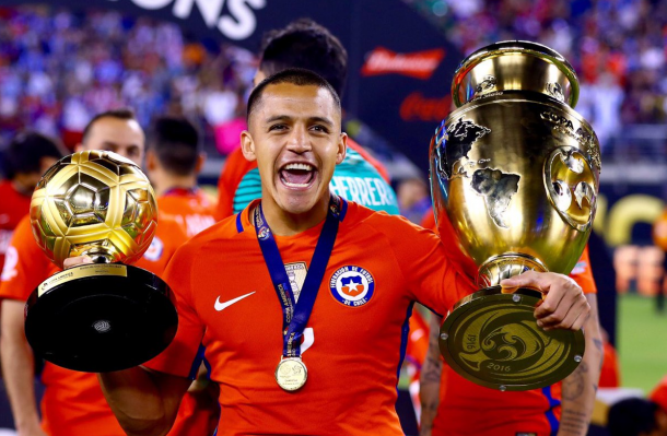 Alexis flaunts his winnings at the Copa America. | Source: foxsports
