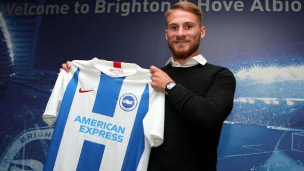 Alexis Mac Allister presentado con el Brighton. Foto: Brighton & FC