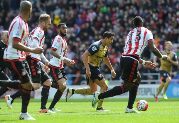 Hasta cuatro jugadores del Sunderland enciman a Alexis en un partido que acabó 0-0 | Fotografía: Arsenal