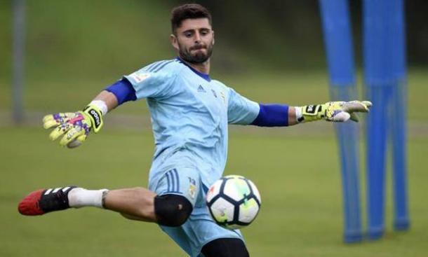 Juan Carlos golpea un balón durante un entrenamiento la pasada temporada: Imagen; Real Oviedo