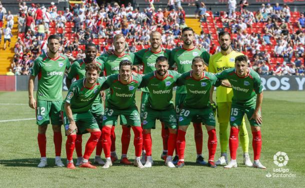 Alineación del Alavés en el estadio de Vallecas. / Foto: LaLiga