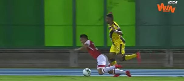 El momento de la falta que ocasiona el gol del empate. Jhon Velásquez fue vital para el resultado final del encuentro. Imagen: Win Sports