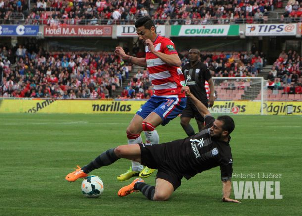 Riki disputa un balón con el Granada | Foto: Vavel.com