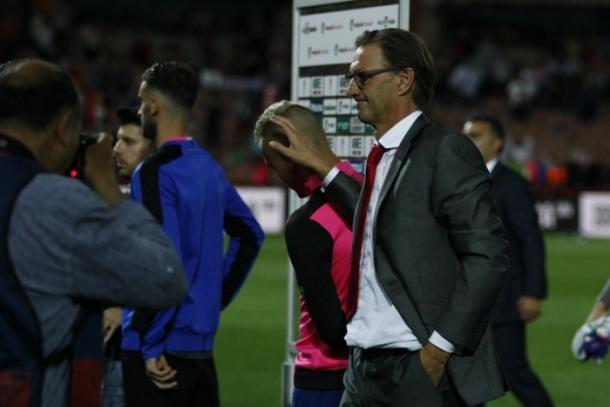 Tony Adams consuela a Pereira tras el último partido | Foto: Antonio L. Juárez