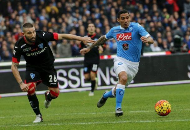 Tonelli, ora al Napoli, che cerca di contrastare Allan | Fonte: Getty Images