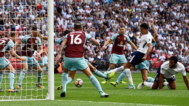 Dele Alli marcando el único tanto del Tottenham. Foto:premierleague