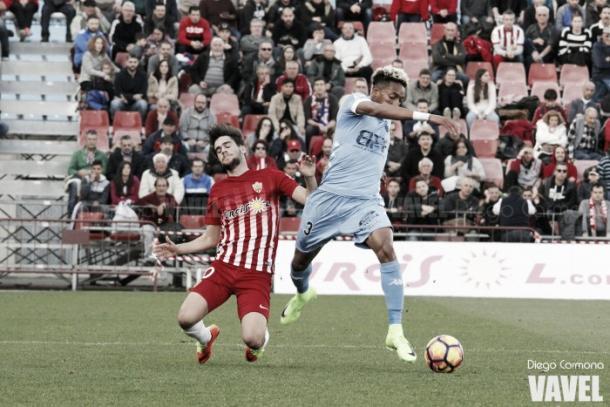 Mojica llevándose un balón ante un rival. Fotografía: Diego Carmona