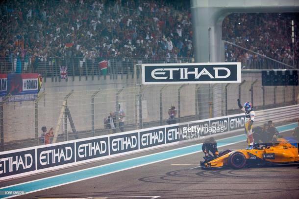 Alonso se despide de la afición en Abu Dhabi. Foto: Getty Images.