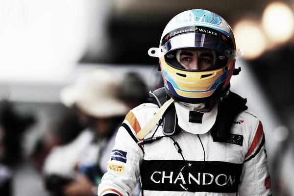 Fernando Alonso camina por los boxes de Interlagos | Fuente: Getty Images / Mark Thompson