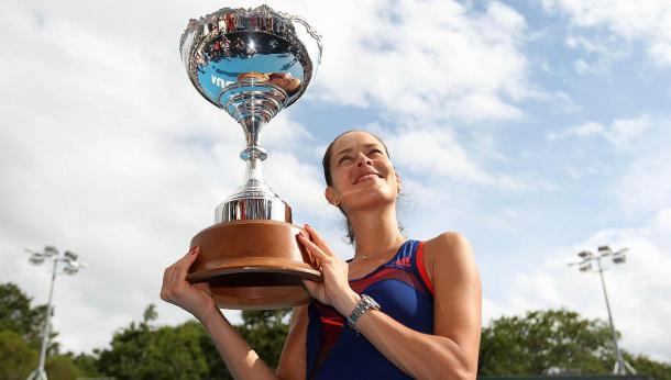 Ana, con su trofeo en Auckland (Foto: The Straits Times)