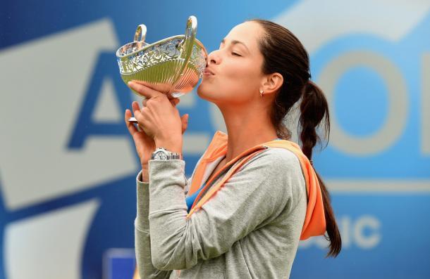 La serbia, besando su único trofeo sobre hierba (Foto: zimbio)