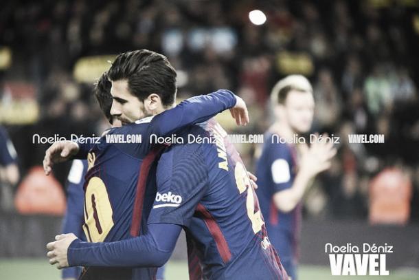 Messi y André Gomes abrazándose | Foto: Noelia Déniz - VAVEL