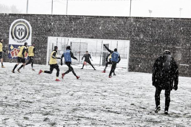 Los jugadores del Angers se preparan para este encuentro bajo la nieve. Foto: Angers SCO.