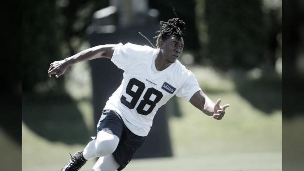 Ezequiel Ansah realizando sus primeros pasos en su nuevo equipo (foto Seahawks.com)