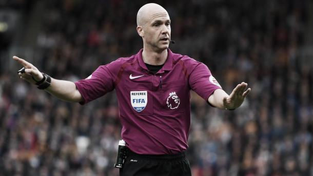 Anthony Taylor arbitrando un partido. Foto: Premier League.