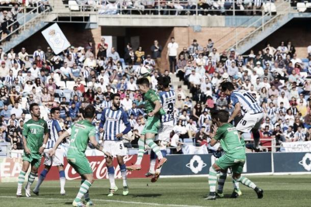 El Recreativo consiguió la permanencia la campaña pasada ante el Linares. | Foto: Antonio Manuel García.