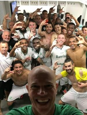 Foto simbólica da campanha: jogadores fazem o sinal de C, em uma analogia com o time de Série C, que eliminou o Grêmio, da elite (Foto: Reprodução/Instagram)