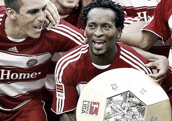 Zé Roberto comemorando uma de suas quatro Bundesligas ao lado de Lúcio (Foto: Divulgação/ AP)