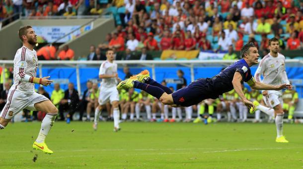 Van Persie sentenció ante la atenta mirada de Sergio Ramos y Gerard Piqué. Foto: AP