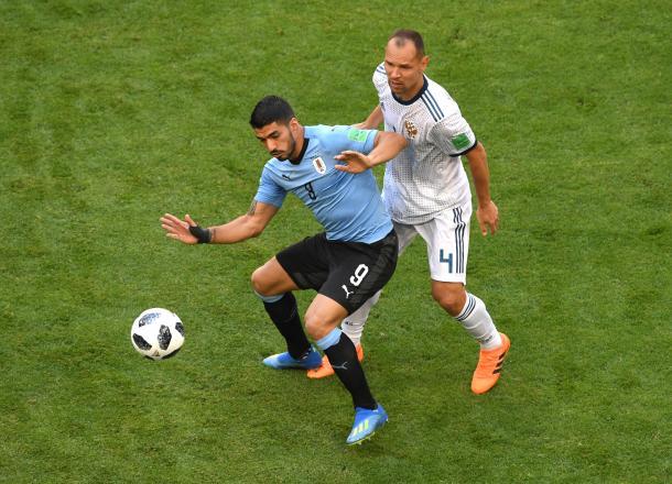Ignashevich ante Suárez, el delantero charrúa | Foto: FIFA.com