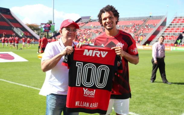 Willian Arão recebendo uma camisa das mãos de EBM por ter completado 100 jogos com a camisa do Flamengo (Foto: Gilvan de Souza/Flamengo)