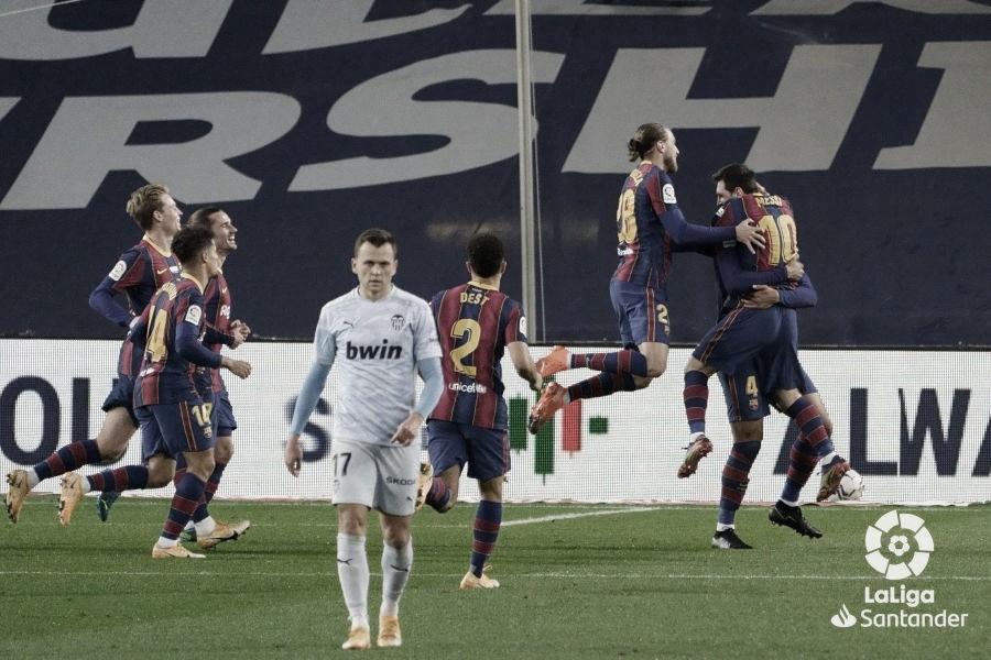 Araujo y Messi goleadores en el día de hoy, se funden en un abrazo en el gol del uruguayo./ Foto: Premier League