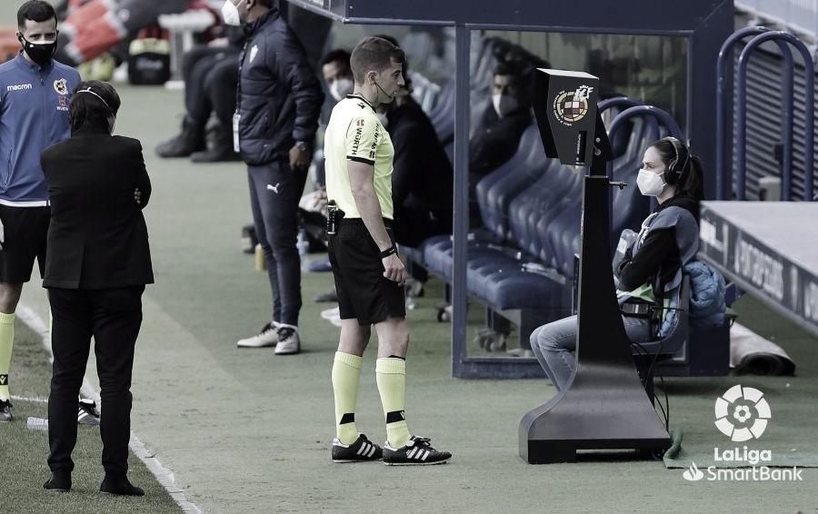 Rubén Ávalos observando el VAR en la anulación del penalti. / Foto: LaLiga.