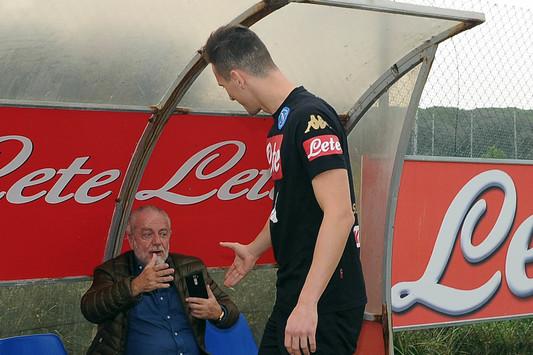 Il saluto tra Milik e De Laurentiis ieri pomeriggio - Foto Ssc Napoli