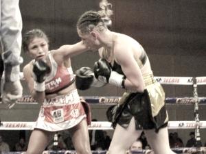 Ambas peleadoras fajándosecentro del cuadrilatero | Foto: Boxnocaut