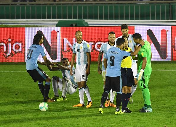 Tônica da partida: muitas faltas e reclamações (Foto: AFP/ PABLO PORCIUNCULA BRUNE)