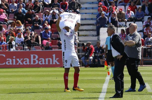Aridane muestra la camiseta de Pelayo en la celebración de su gol | Foto: albacetebalompie.es