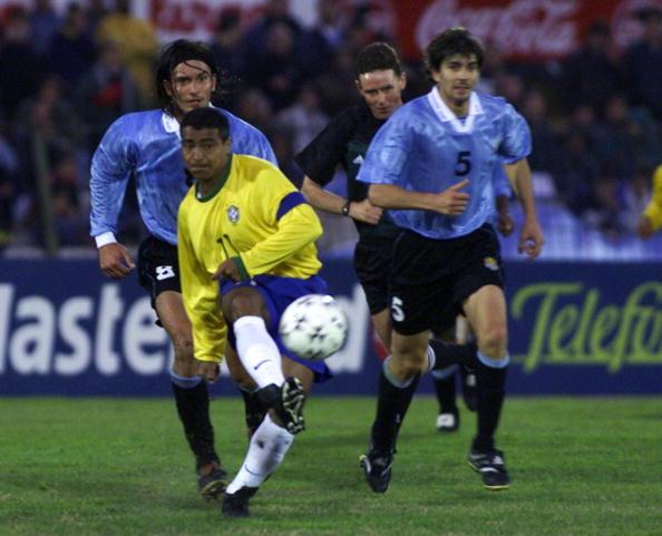 Romário em ação contra o Uruguai em 2001, nas Eliminatórias (Foto: Armando Satorotti via Getty Images)