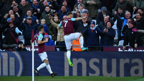 Arnautovic celebra con la afición su gol ante el Chelsea. Foto: premierleague