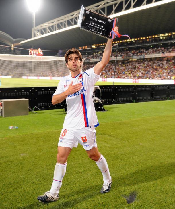 Juninho recebe homenagem do Lyon em sua centésima partida pela equipe (Foto: Reprodução / Lyon)